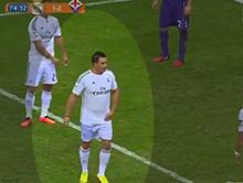 Kibic wbieg� na boisko w koszulce Cristiano Ronaldo - ochroniarze zg�upieli!
