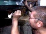 Rosyjski mechanik sprawdza uk�ad wydechowy