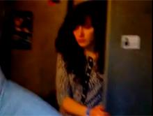Pijana dziewczyna wchodzi do m�skiej toalety