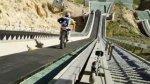 Szalony skok motocross-em ze skoczni narciarskiej.