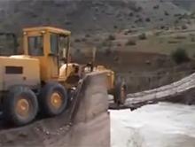Traktorzysta przeje�d�a przez w�ski drewniany most