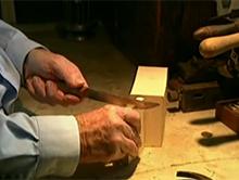 Kawa�ek drewna i tylko dziesi�� naci�� by otrzyma� szczypce