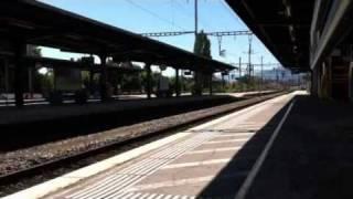 Poci�g z chuliganami przeje�d�a przez stacje