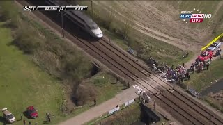 Poci�g zatrzymuje wy�cig kolarski Paris - Roubaix 2015