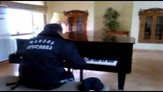 Gru�i�ski ochroniarz przy�apany na samotnej grze na fortepianie