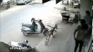 Ciekawska dziewczynka i odpalony skuter