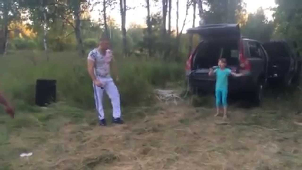 M�oda Rosjanka �piewa w lesie
