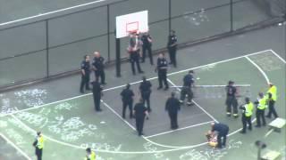 Policjanci pr�buj� �ci�gn�� na�panego go�cia kt�ry wlaz�... na kosz