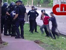 Policja pobi�a pa�ami ojca i dziadka w obecno�ci syna!