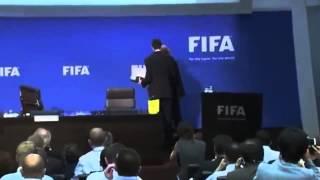 Komik o�mieszy� Prezydenta FIFA podczas konferencji na �ywo - Da� mu �ap�wk�