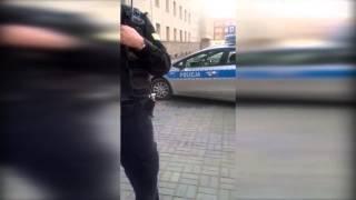 Zgasi� policjant�w jak... papierosa w g�wnie