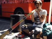 Uliczny grajek z Japonii - człowiek syntezator