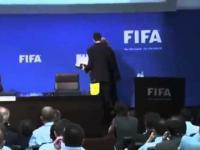 Komik ośmieszył Prezydenta FIFA podczas konferencji na żywo - Dał mu łapówkę