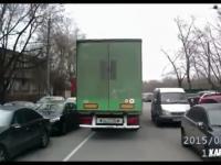 Cieżarówka porywa osobówkę