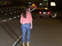 Kobieta parkuje samochód na autostradzie