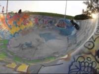 Skuterem w skateparku
