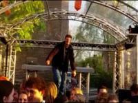 Pijany pajac sprawdza cierpliwość dj'a na scenie