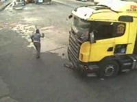 Kierowca ciężarówki wyszedł przez zamknięte drzwi