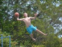 Niesamowite strzały koszykówki w jeziorze!