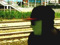 Szaleniec pod pędzącym pociągiem