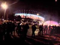 Marsz Niepodległości 2014 - POLICJANT rzuca butelką w tłum