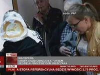 Sędzia obrzucona tortem na rozprawie generała Kiszczaka