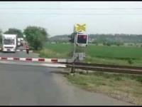 Niespodzianka na przejeździe kolejowym