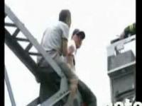 Zepchnął samobójcę z mostu