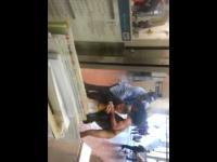 Nagi i ostro naćpany akrobata atakuje ludzi na stacji kolejowej 18+