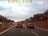 Kierowca BMW spycha z drogi auto jadące lewym pasem
