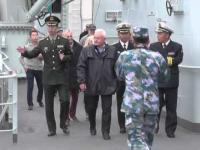 Gdynia - tłumy podczas zwiedzania chińskich okrętów wojennych -politycy wchodzą bez kolejki.