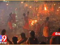 Rzucanie się płonącymi pochodniami - widowiskowy hinduski zwyczaj