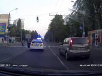 Reakcja ukraińskiego policjanta na widok staruszki na pasach