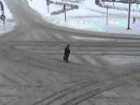 człowiek_Samochod jedzie srodkiem skrzyzowania