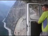 Szalony przejazd po drodze położonej przy szczytach Himalajów