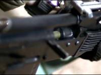 Strzelanie z karabinu AK74 w zwolnionym tempie