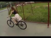 Zawstydzona rowerzystka