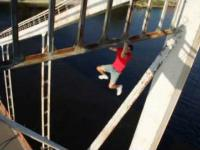Rosyjski szaleniec wspinający się po moście