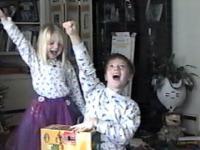Radość dzieci z otrzymanego prezentu