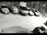 Dobry czlowiek postanowił odśnieżyć auta swoich sąsiadów