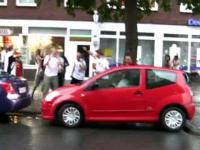 Niemieccy kibice dopingują parkującej kobiecie
