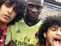Mario Balotelli pozuje do selfie z kibicami, którzy wbiegli na boisko !