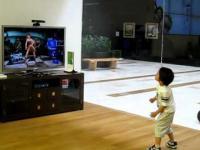 Dzieciak wymiata w tanecznej grze, i to w sklepie