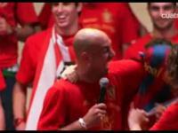 Pique i Puyol zakładają Fabregasowi koszulke Barcelony
