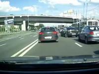 Kierowca pobity za zmiane pasa ruchu