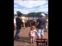 Ochroniarz wybija szybę ratując dziecko zostawione w aucie podczas upału.