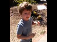 Chłopiec z autyzmem dostaje prezent od śmieciarza