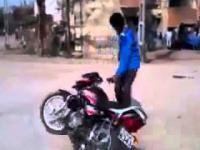 Bączek na motocyklu wykonany w bardzo złym miejscu