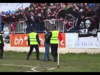 Kozak próbuje podwędzić flagę kibicom z drużyny przeciwnej