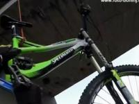Zjazd z 60-metrowej tamy rowerem